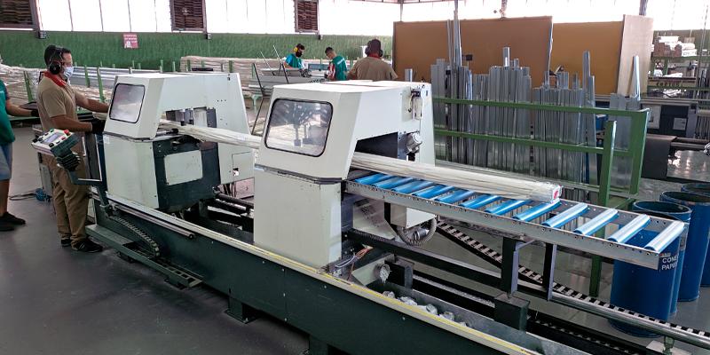 máquina cortando perfis de alumínio
